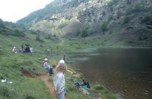 Groupe d'enfants à la pêche